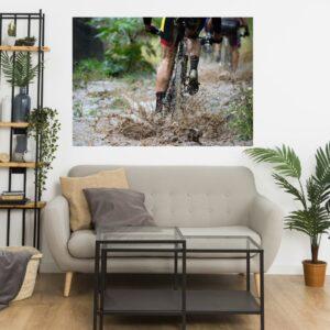 Cuadro ciclista en el barro